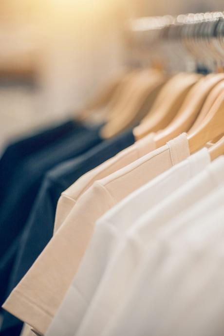 T-Shirts auf der Stange - Freizeitkleidung bei Gosda Berufsbekleidung kaufen