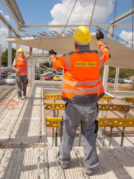 Familie Bauer auf der Baustelle mit Arbeitskleidung von Gosda Berufsbekleidung