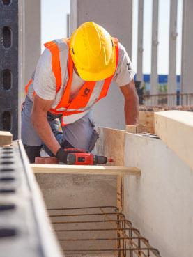 Bauarbeiter der Firma Bauer auf der Baustelle mit einer Veste von Gosda Berufsbekleidung